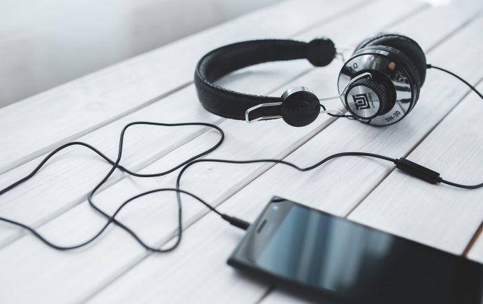Hörbuch, Kopfhörer, Handy, Zeit